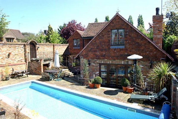 4 bedroom house in London with Outdoor swimmingpool for £1395000